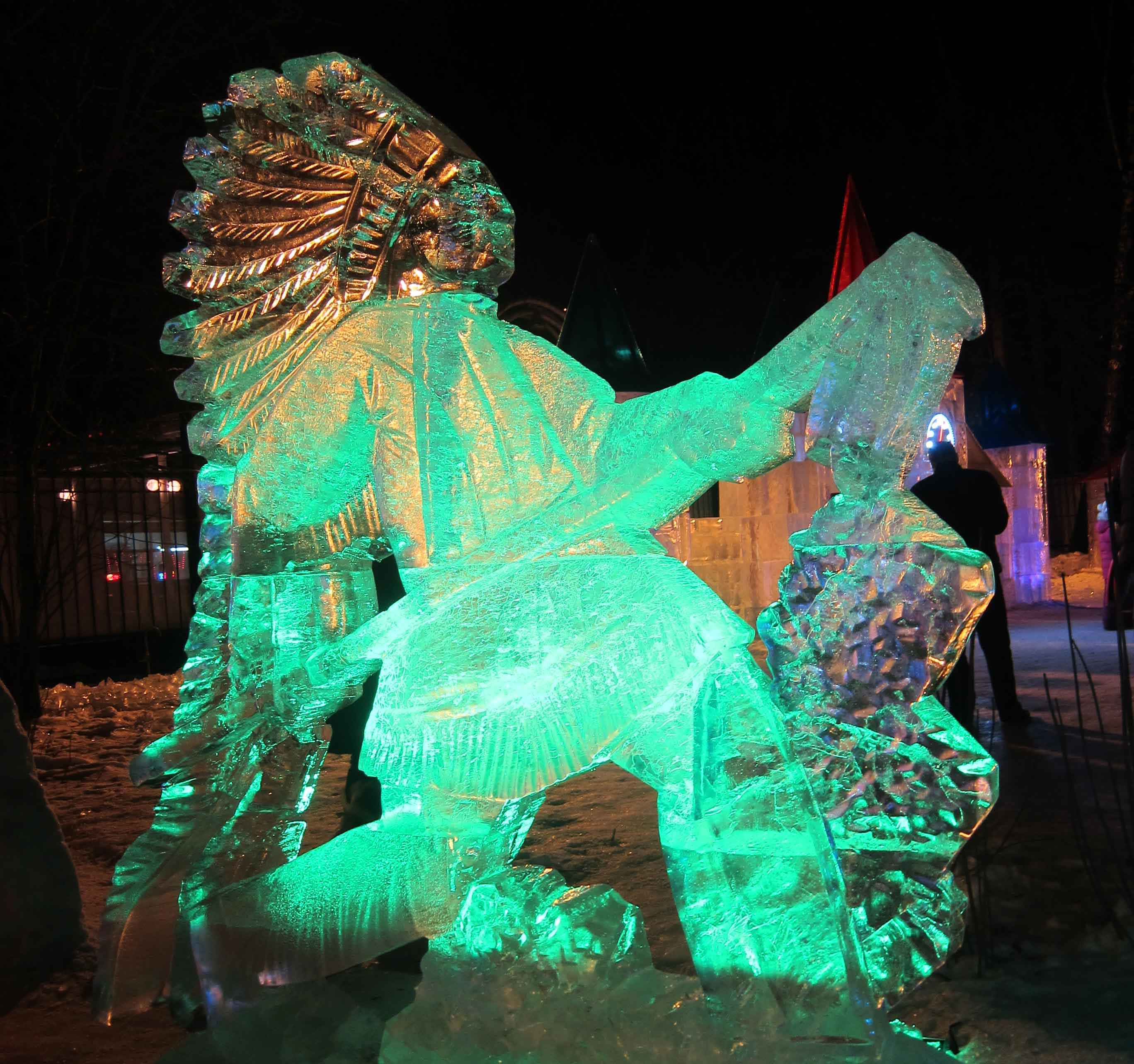 Sculptures de glace à Moscou: indiens dans le parc de Sokolniki