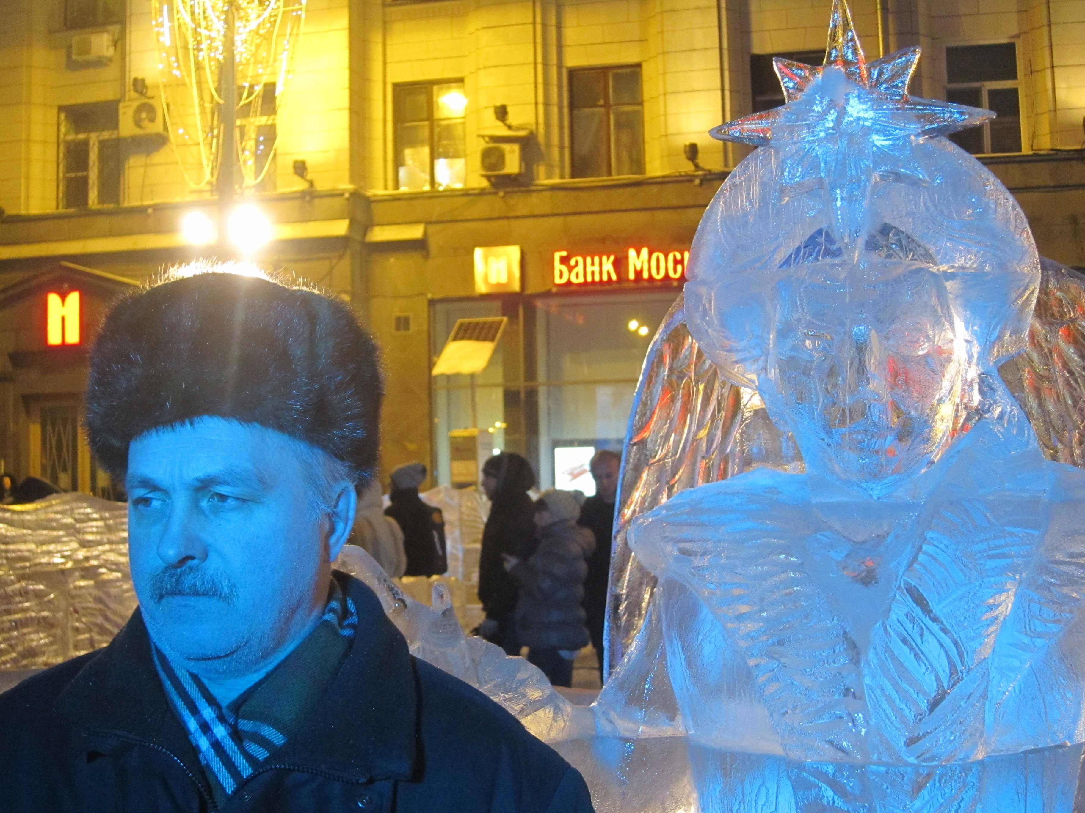 Sculptures de glace à Moscou: souffle bleu et lumière jaune