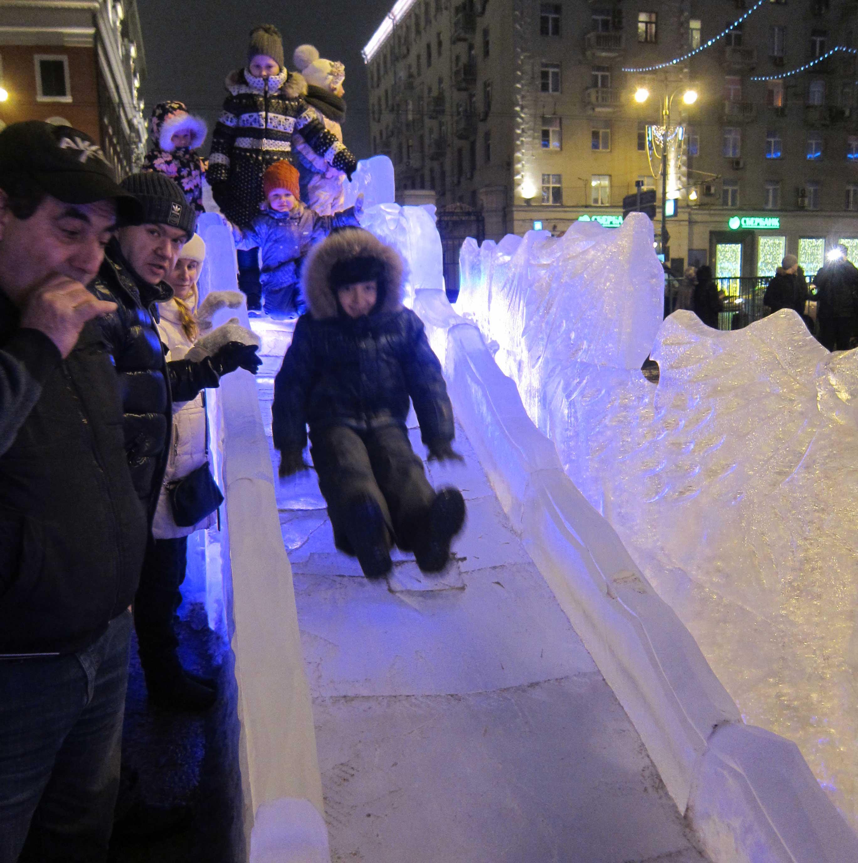 Sculptures de glace à Moscou: les traditionnels toboggans gelés font le bonheur des enfants