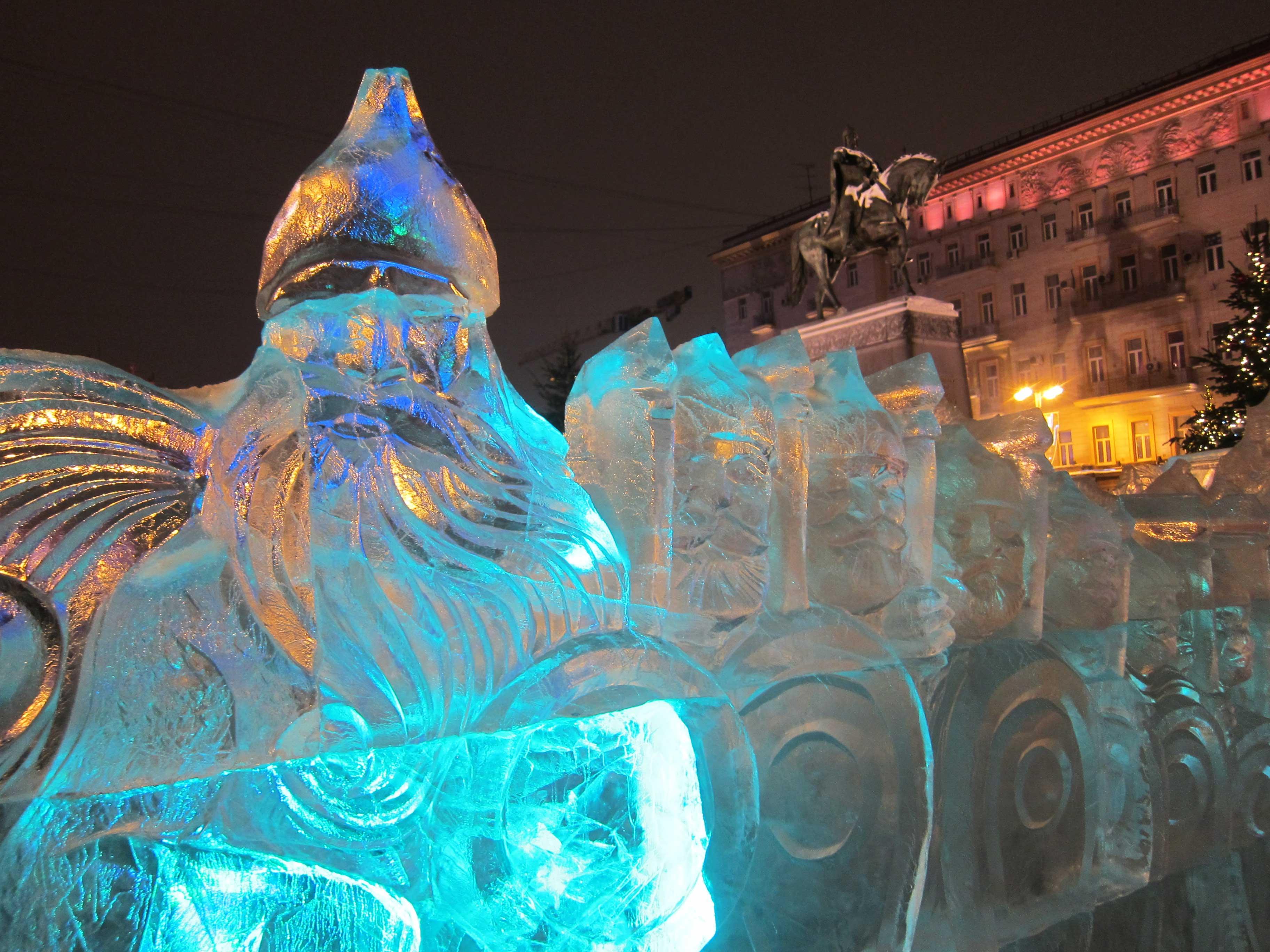 Sculptures de glace à Moscou: les bogatyrs devant la statue de Yuri Dolgorouki, devant la mairie