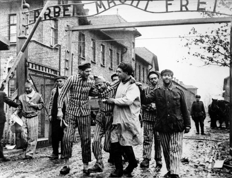 Des soldats soviétiques et des déportés lors de la libération d'Auschwitz